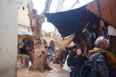 Plaza pública en la medina de Fez, Marruecos