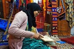Una señora haciendo estambre de lana de camello en Tinerhir, Marruecos