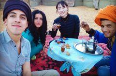 Tomando el té en nuestro campamento en el Sahara, Marruecos