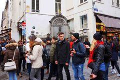 Multitud viendo la estatua del Pissmaneken en Bruselas