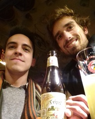 Cerveza belga en el bar Delirium en Bruselas