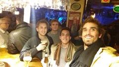 Bebiendo cerveza belga en el bar Delirium, Bruselas