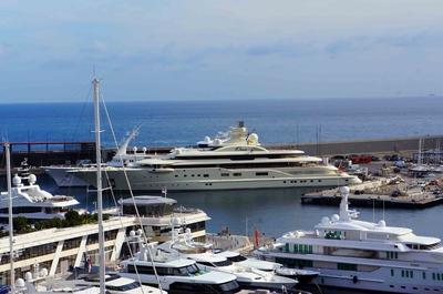 Barco Ona en el puerto de Mónaco
