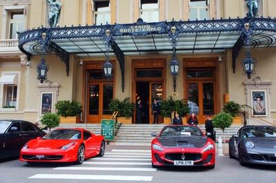 Coches de lujo frente al casino de Montecarlo
