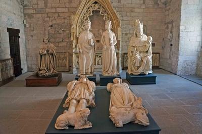 Estatuas de antiguos papas en el Palacio papal de Aviñón