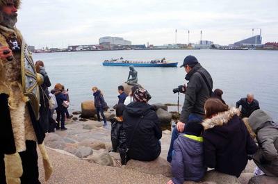 Turistas fotografiando La Sirenita, Dinamarca