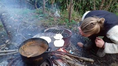 Preparando la cena en un jardín noruego