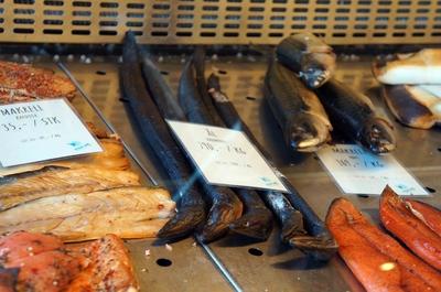 Anguilas en un mercado de Bergen, Noruega