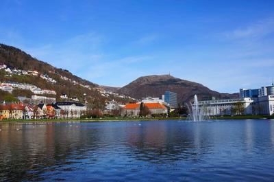 Un lago en el centro de Bergen, Noruega