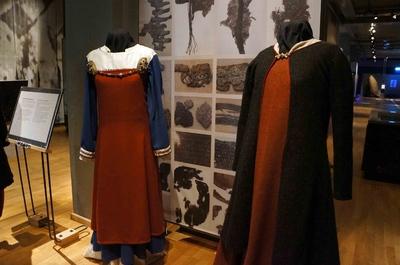 Antigua vestimenta femenina en el Museo de Historia Sueca en Estocolmo