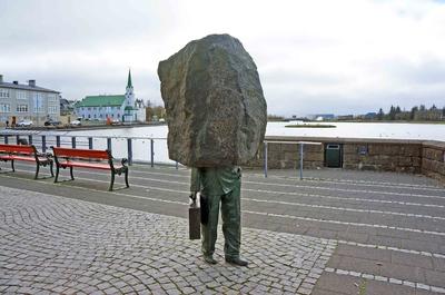 Estatua en el Lago Tjörnin, en el centro de Reikiavik