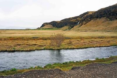 Arroyo bajo la cascada Seljalandfoss, Islandia