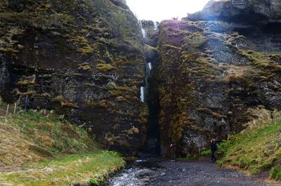 Cueva en la cascada de Seljalandfoss, Islandia