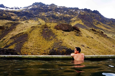 Piscina Seljavallalaug en Islandia