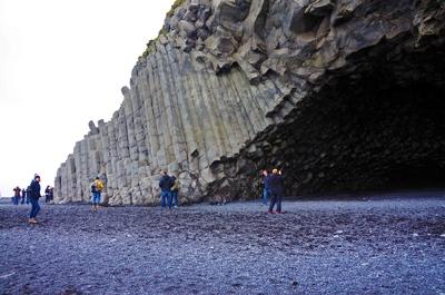 Cueva en la playa negra de Reynisfjara, Islandia