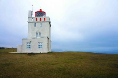 Faro en los acantilados de Dyrhólaey, Islandia