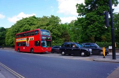 Típicos taxis y autobús en Londres