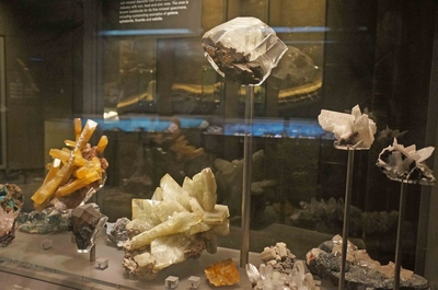 Piedras minerales en el Museo de Historia Natural de Londres