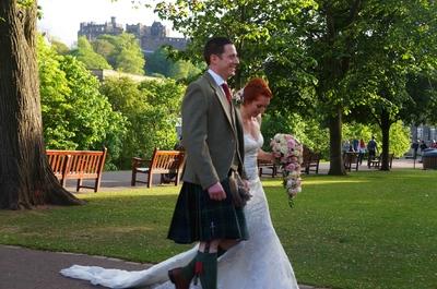 Una pareja de novios escoceses en Edimburgo