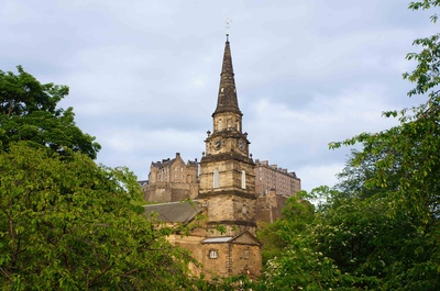 Una iglesia escocesa frente al Castillo de Edimburgo