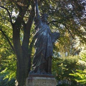 Estatua de la Libertad en los Jardines de Luxemburgo, París