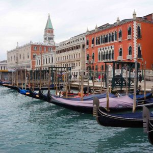 Góndolas en la orilla de San Marcos, Venecia