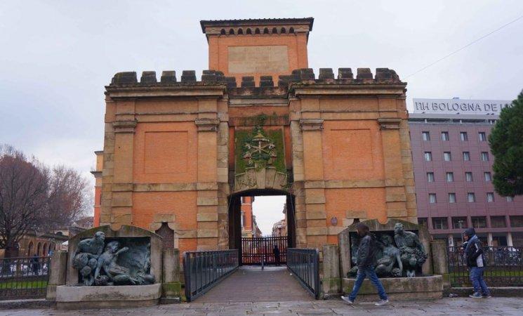 Puerta de la antigua muralla de Bolonia