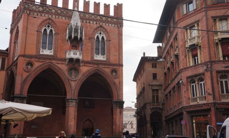 Palazzo della Mercanzia en Bolonia