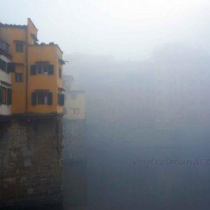 Puente Vecchio en una tarde de niebla en Florencia