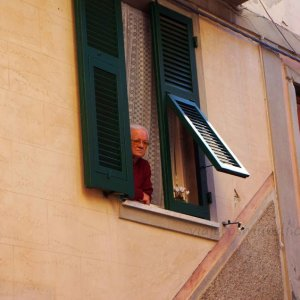 Anciana local en Corniglia, Cinque Terre