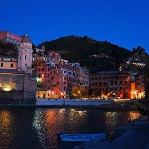 Vista nocturna de Vernazza, Cinque Terre