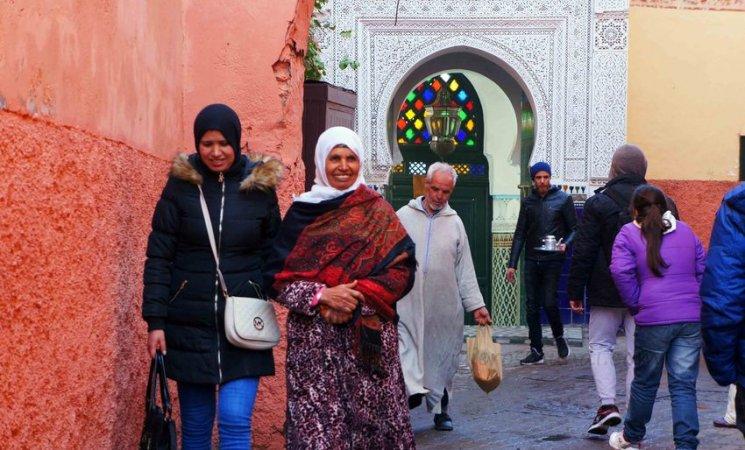 Locales caminando por las calles de la medina de Marrakech