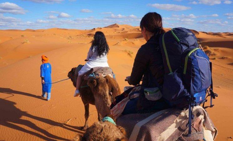 Sobre una caravana de camellos en Merzouga, Marruecos