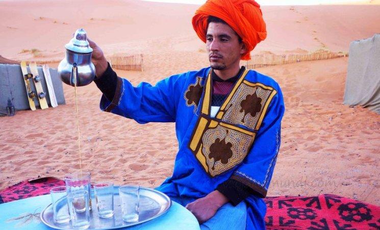 Tomando el té en un campamento en el Sahara, Marruecos